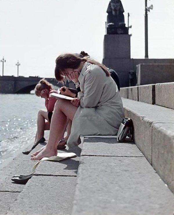 16. Подготовка к сессии на берегу Невы, 1970-е девушки, интересно, советские студенты, современные студенты, студентки, студенты, тогда и сейчас, фото