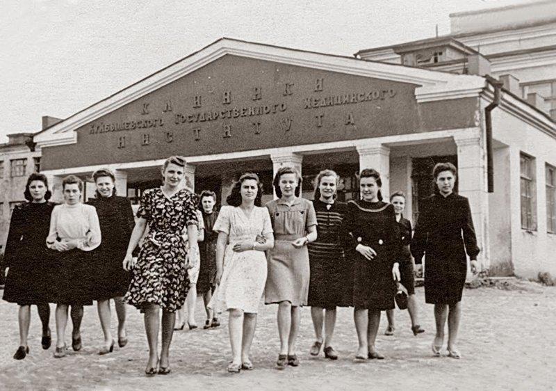 1. Студентки медицинского института, 1952 год девушки, интересно, советские студенты, современные студенты, студентки, студенты, тогда и сейчас, фото