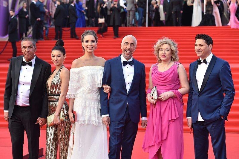 """10. Съемочная группа фильма """"Идентификация"""", в котором снялся Насери. Женщина в розовом наряде напоминает чью-то тетушку со стороны жениха на свадьбе звезды, красная дорожка, ммкф40, московский международный кинофестиваль, образы звезд, фото"""