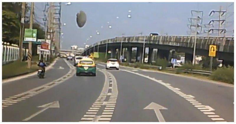 НЛО приземлился на трассу перед идущим автомобилем: видео ynews, авто, видео, нло, происшествие, таиланд, трасса