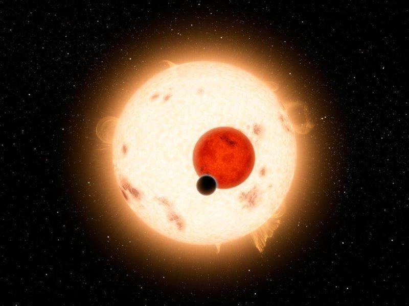 Холодная необитаемая планета Кеплер-16б с двумя звездами. Масса бОльшей звезды, карлика К, составляет 69% от массы нашего Солнца, а меньшая звезда, красный карлик, в пять раз меньше Солнца космос, красота, планета, рисунки, художники