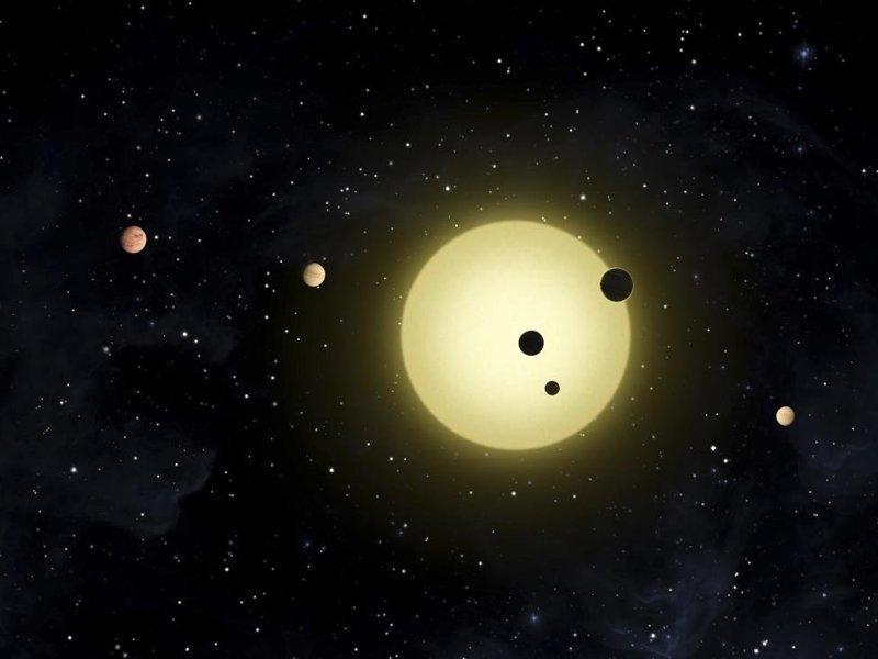 Кеплер-11, похожая на Солнце звезда, вокруг которой вращаются шесть планет. Иногда две или — как на рисунке — даже три планеты одновременно выполняют астрономический транзит космос, красота, планета, рисунки, художники