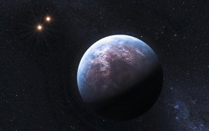 Экзопланета, размер которой больше Земли в шесть раз, вращается вокруг звезды малой массы на орбите, радиус которой 1/20 от орбиты Земли. У звезды есть две звезды-компаньона, видимые в верхней части рисунка космос, красота, планета, рисунки, художники