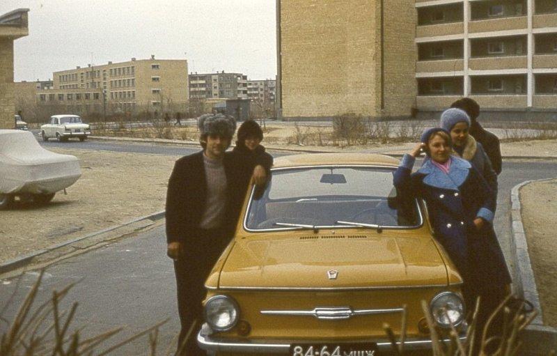 """Но многие испытывали огромное счастье, даже если становились обладателями вот такого простенького """"Запорожца"""", пусть и цвет у него был какой-нибудь горчичный. СССР, авто, автомобили, олдтаймер, ретро авто, ретро фото, советские автомобили"""