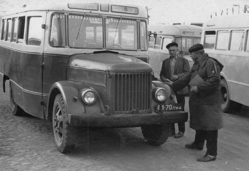 """""""Коробочка"""" — автобус капотной компоновки на базе все того же ГАЗ-51. Некогда такие машины тоже были самым массовым пассажирским транспортом в СССР. СССР, авто, автомобили, олдтаймер, ретро авто, ретро фото, советские автомобили"""
