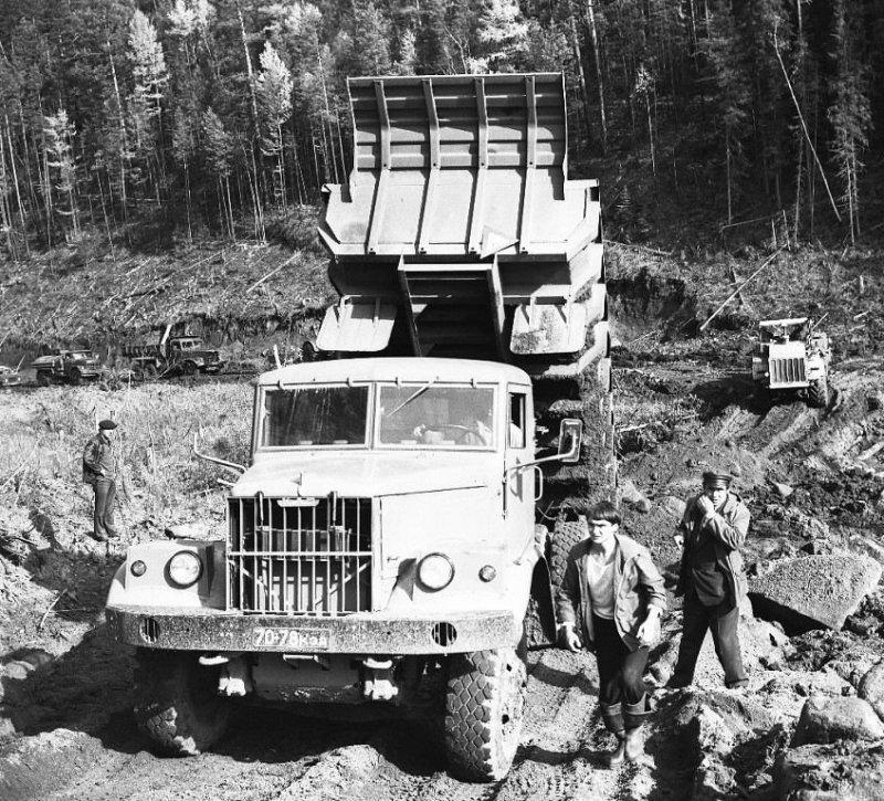 Большим стройкам были нужны большие грузовики. КрАЗы на сооружении Богуча́нской гидроэлектростанции. СССР, авто, автомобили, олдтаймер, ретро авто, ретро фото, советские автомобили