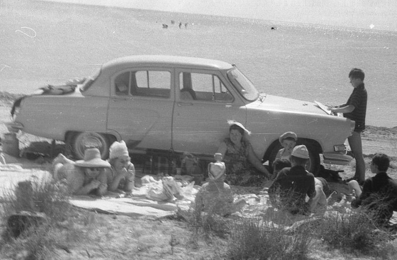 """Волга"", море, шашлычок, закусочка. СССР, авто, автомобили, олдтаймер, ретро авто, ретро фото, советские автомобили"