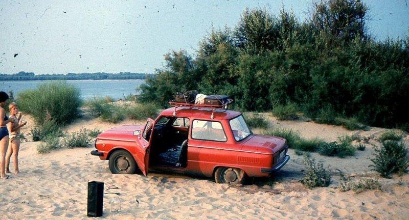 """""""Запорожец"""" не менее """"Волги"""" использовали для поездок на отдых. Астраханская область, приволжские пески. СССР, авто, автомобили, олдтаймер, ретро авто, ретро фото, советские автомобили"""