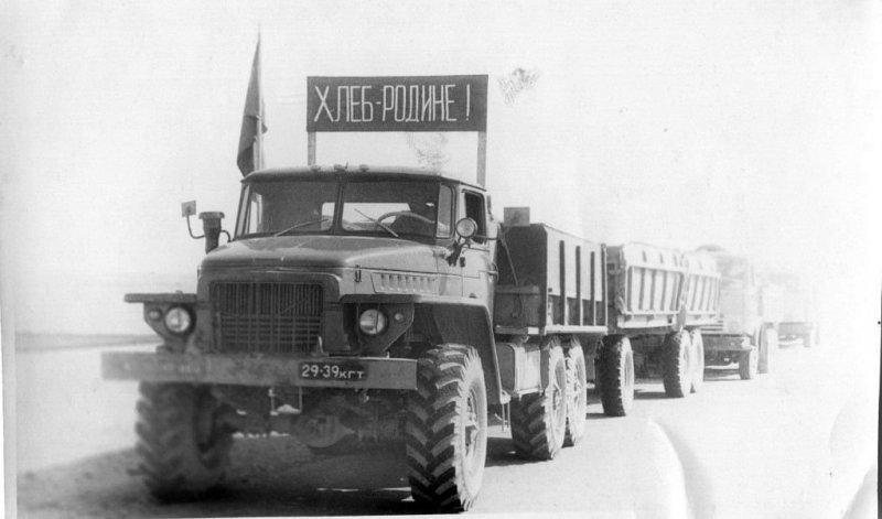 """Еще один популярный советский грузовик — """"Урал"""" на уборке урожая. СССР, авто, автомобили, олдтаймер, ретро авто, ретро фото, советские автомобили"""