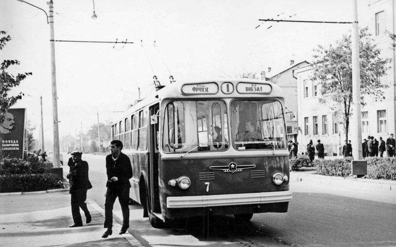 Троллейбус ЗИУ на улицах Тирасполя. СССР, авто, автомобили, олдтаймер, ретро авто, ретро фото, советские автомобили