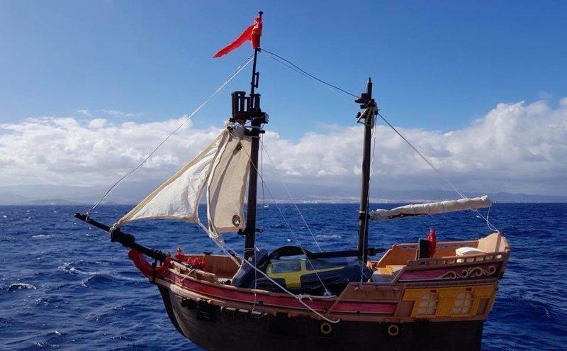 Игрушечный парусный корабль уже почти год бороздит моря и океаны Счастливое детство, игрушечный кораблик, морское судно, отличная идея, офигенная история., офигенно, плавание, приключение