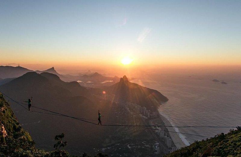 """""""Мы провели вечер в палатке на скале. Друзья убедили меня остаться до утра и запечатлеть рассвет. С собой я не взял ни еды, ни нормальной одежды, чтобы переночевать""""  Педра-да-Гавеа, Слэклайн, бразилия, путешествие, стропа, стропоходец, фотомир"""