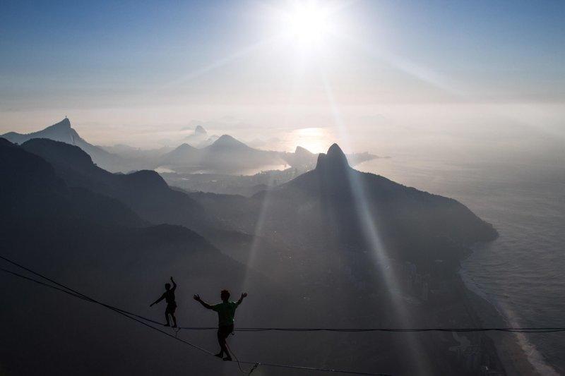 Моура, который также является художником, путешествует по миру и снимает завораживающие пейзажи  Педра-да-Гавеа, Слэклайн, бразилия, путешествие, стропа, стропоходец, фотомир