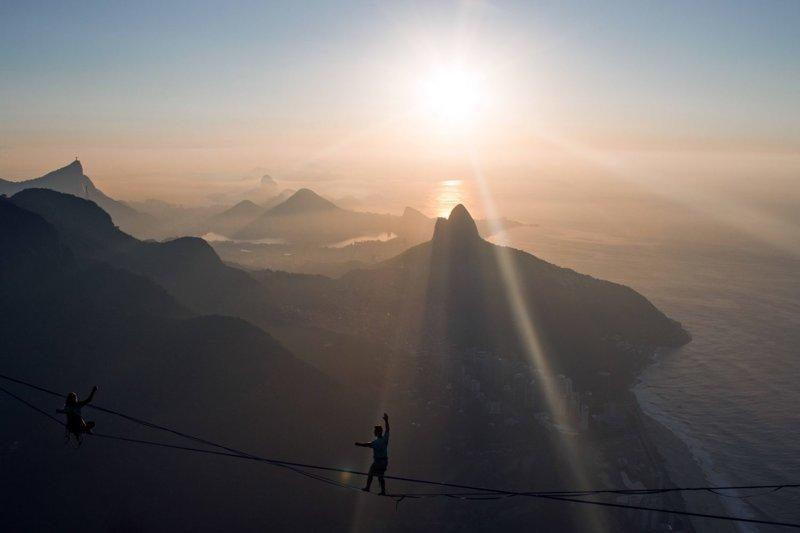 На скале Педра-да-Гавеа экстремалы протянули стропу длиной 25 м Педра-да-Гавеа, Слэклайн, бразилия, путешествие, стропа, стропоходец, фотомир