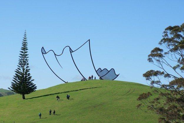 9. Это не рисунок, это настоящая скульптура в Новой Зеландии. Да, специально такая забавно, мозг, обман зрения, оптические иллюзии, прикольно