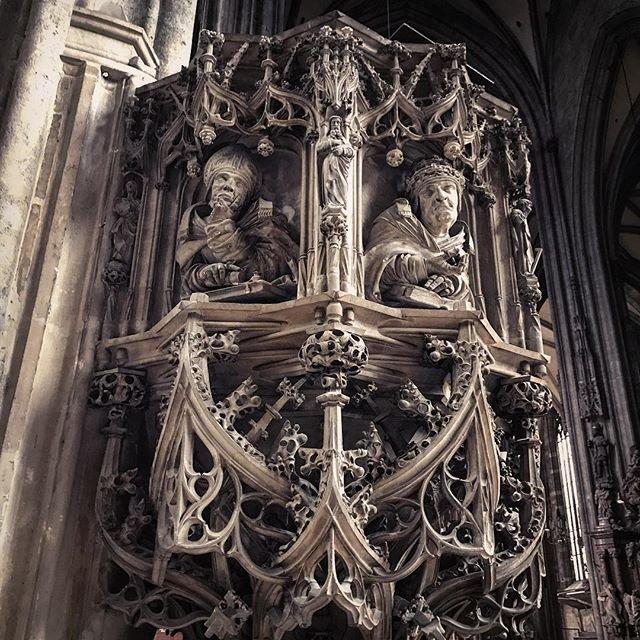 Могильные скульптуры татуировщика интригуют европейское общество искусство, могила, потустороннее, скульптура, тату, ужасы, черепа