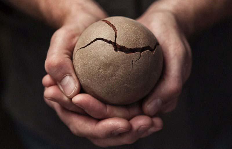 Но надо быть максимально аккуратными, так как шарик всё ещё очень хрупкий и легко может разломаться грязь, дороданго, развлечение, шары, япония