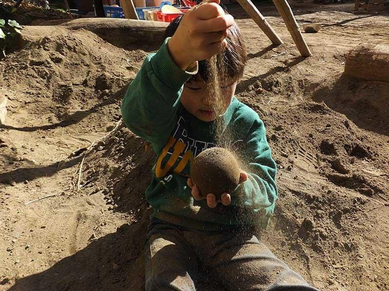 В процессе формирования шара, добавляем слои грязи. Весь этот процесс занимает не менее 30 минут грязь, дороданго, развлечение, шары, япония