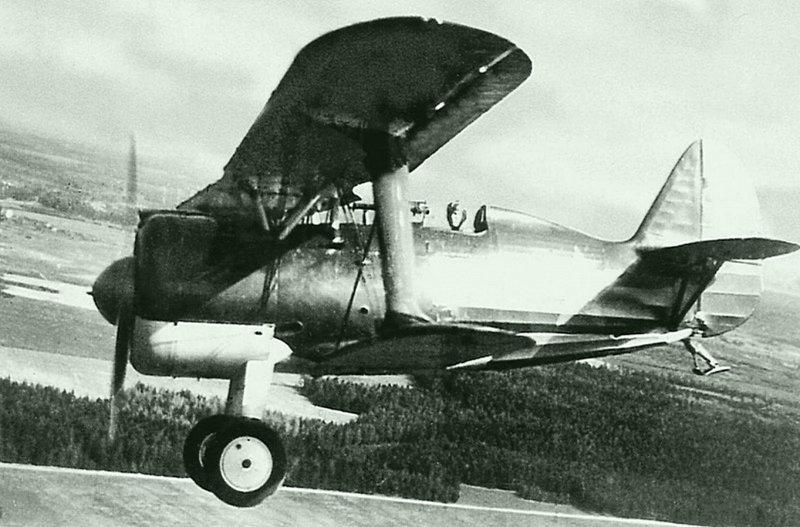 Советский истребитель И-15бис (И-152) в полете на малой высоте. Боевые самолеты Родины, СССР, история авиации