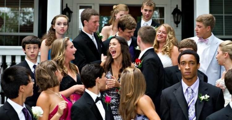7. У крайнего справа парня очень напряженный вид Забавные фото, баянчики, выпускники, выпускной бал, выпускной в школе, не делайте так!, неудачные кадры, приколы