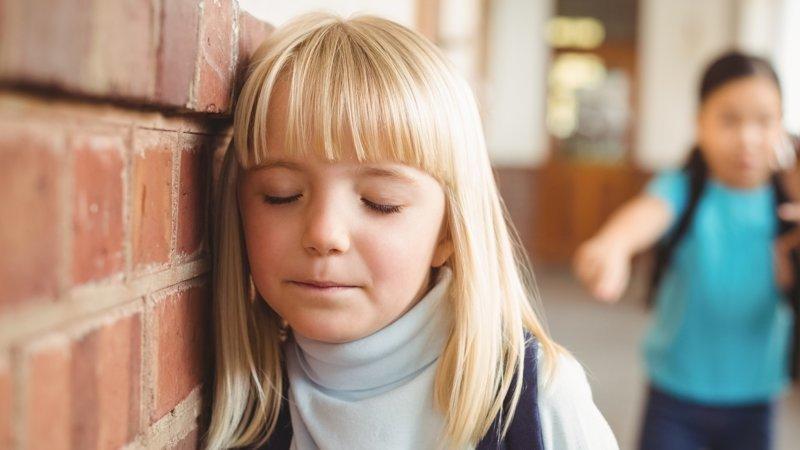 Отчим жестко наказывает свою молоденькую дочку сладкоежку