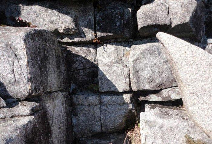 Здесь явно прослеживается кладка. Или все-таки раскол от природы? загадки, интересное, камни, мегалиты, факты, цивилизации