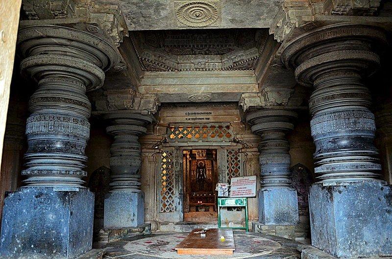 Город Шраванабелагола Индия знаменит резными колоннами, с неповторимой формой, способ обработки которых до сих пор непонятен ученым загадки, интересное, камни, мегалиты, факты, цивилизации