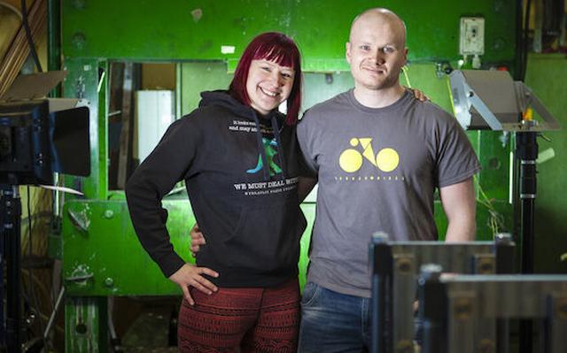 Это Анни и Лаури Вуохенсилта из Тампере (Финляндия). Раз в неделю на своем Youtube-канале они публикуют новое видео youtube, youtube video приколы, гидравлический пресс, канал, раздавили, уничтожение, эксперимент, ютьюб