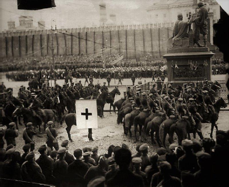 Злой взгляд. 1 мая 1918 г., военный парад, день в истории