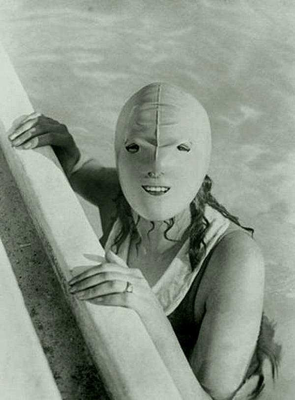 Маска для лица  Эта маска 1925 года кажется удобной, она наверняка сохранит ваш макияж на месте. Почему такие маски не существуют в наши дни? история, черно-белая фотография, юмор