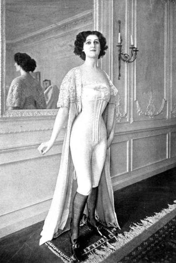 Показ модного нижнего женского белья, Париж, Франция в 1901 году. история, черно-белая фотография, юмор