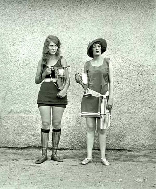 Победительница и участница конкурса красоты в 1923 году. (Так и не понял кто победил-то !!) история, черно-белая фотография, юмор