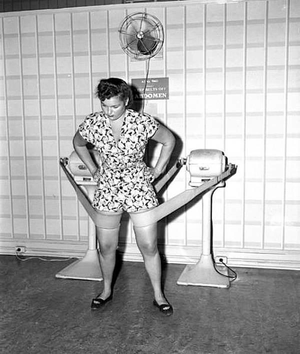Это сделает твои ноги стройнее - обещали они. Салон Mac Levy 30 ноября 1946 года. история, черно-белая фотография, юмор