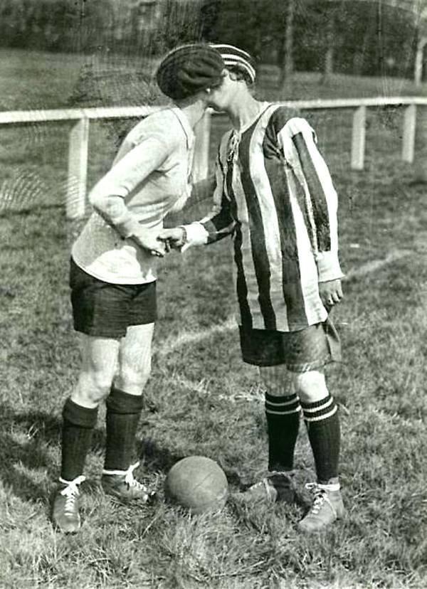 Игроки британского и французского женского футбола - поцелуи перед матчем во Франции в 1920 году история, черно-белая фотография, юмор