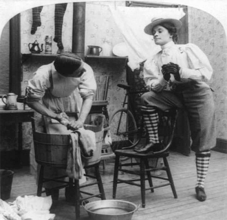 Истоки феминизма. Пара в Англии заменяет гендерные роли в 1901 году. история, черно-белая фотография, юмор