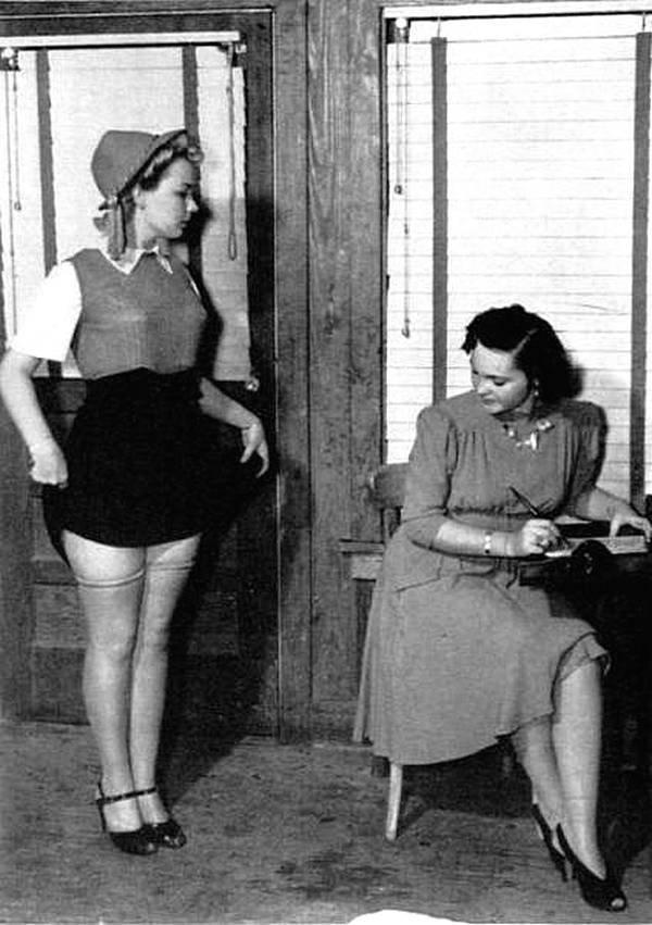 18-летняя Рут Олифант проходит кастинг на официантку, ездящую в железно-дорожных ресторанах, в Хьюстоне, штат Техас, в 1940 году. Менеджер г-жа Сивилс тренировала девочек в дикции, расторопности и важности смеяться над шутками клиентов.  история, черно-белая фотография, юмор