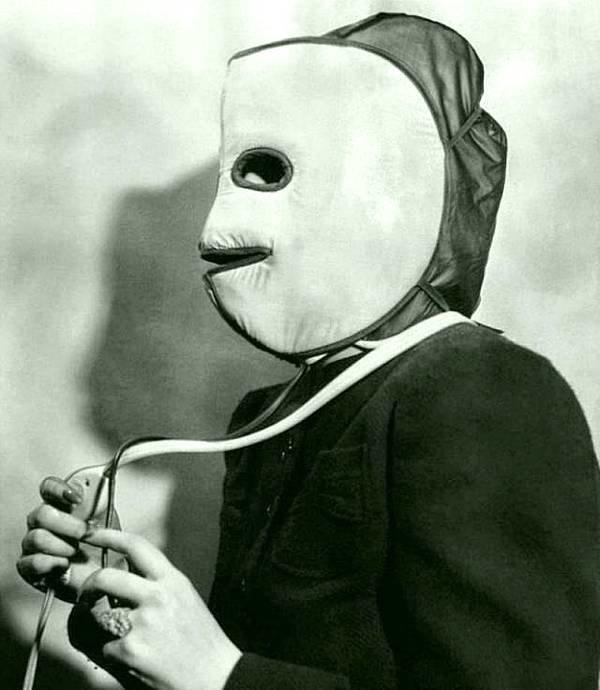 Маска для лечения кожи в 1940 году. Это Pac Man? история, черно-белая фотография, юмор