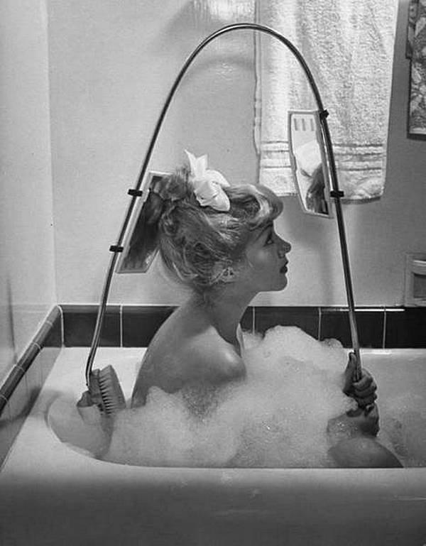 """Щетка """"почеши спинку"""". Просто загляните в зеркало заднего вида, и вы будете знать, где использовать щётку! Это американское изобретение  1947 года. история, черно-белая фотография, юмор"""