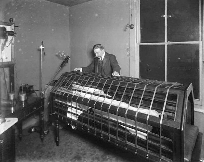Женщина внутри электрической ванны или прототип солярия, 1900 год. история, черно-белая фотография, юмор