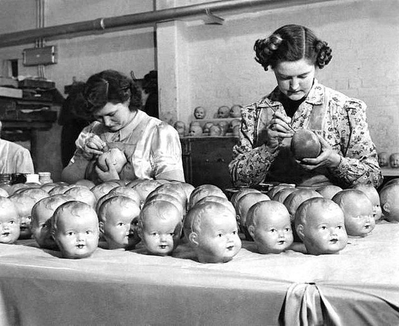 Кукольный макияж на фабрике игрушек в США, 1950. история, черно-белая фотография, юмор