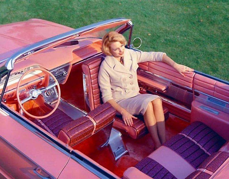 Бьюик Фламинго,  1961 года. Мы должны признать, что этот автомобиль выглядит потрясающе с вращающимся пассажирским сиденьем. Но где ремни безопасности? история, черно-белая фотография, юмор