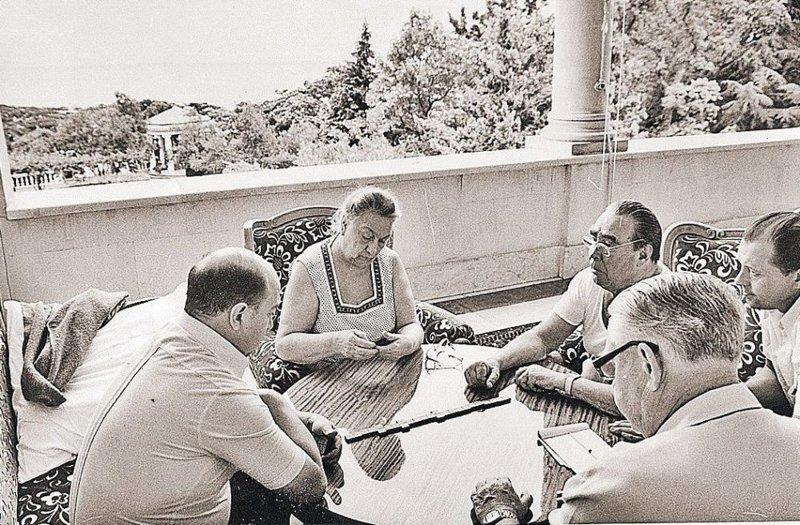 На этом фото Брежнев вместе с женой и какими-то мужчинами отдыхает за игрой в домино. архитектура, дача, дом, недвижимость