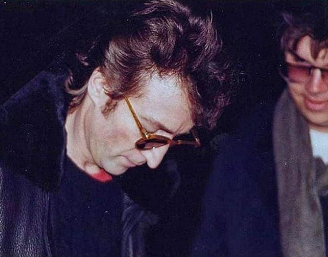 Джон Леннон дает автограф своему убийце звезды, знаменитости, знаменитость, папарацци, селебрити, сенсации, скандал