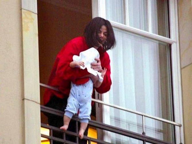 Майкл Джексон показывает дочку, свесив ее через перила балкона звезды, знаменитости, знаменитость, папарацци, селебрити, сенсации, скандал