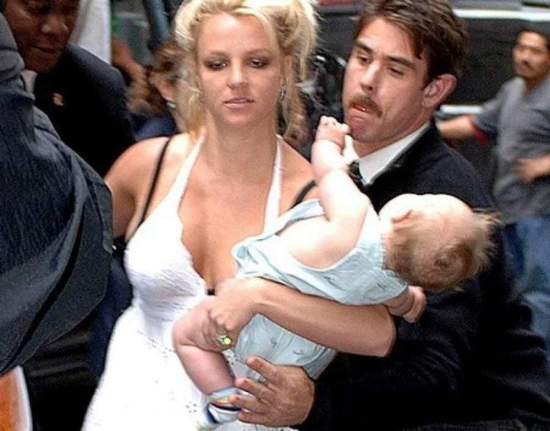 Бритни Спирс едва удерживает сына на руках звезды, знаменитости, знаменитость, папарацци, селебрити, сенсации, скандал