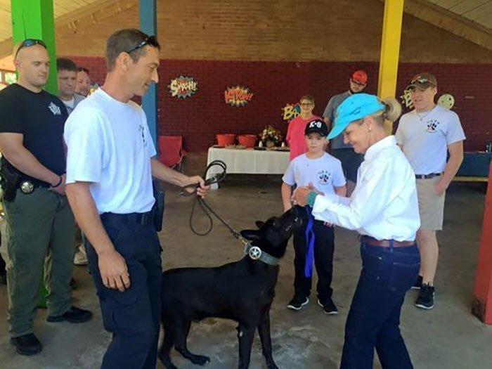 """Департамент шерифа округа Хэнкок наградил Лукаса медалью """"Герой года"""" животные, истории, нападение, собака, собаки, спасение, трогательно, фото"""