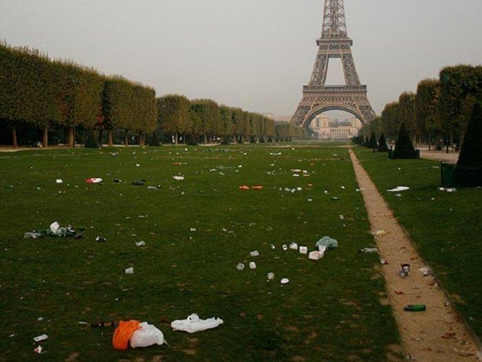 О, Париж, романтика и красота! Да, на туристических дорожках и то уже не на всех. А вот что там, за спиной грязь, изнанка, курорты, нищета, путешествия, трущобы