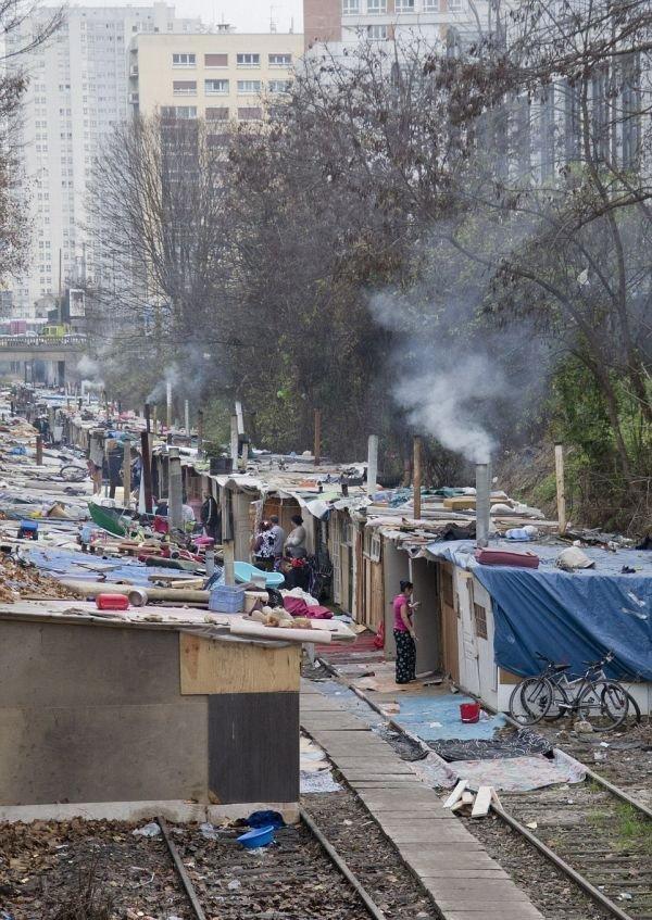 Цыганские трущобы на окраине Парижа. Надо отметить, что власти все-таки снесли это, но таких трущоб еще очень много и все они похожи друг на друга грязь, изнанка, курорты, нищета, путешествия, трущобы