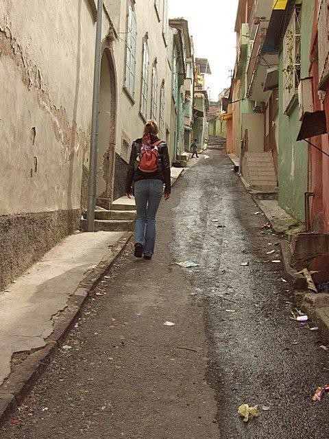 В трущобах нет света и канализации, многие сами делают туалеты – по старинке. Готовят на примусе, дедовским способом жарят лепешки грязь, изнанка, курорты, нищета, путешествия, трущобы