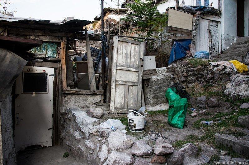 По оценкам властей, 15 миллионов турок живут в трущобах, нелегальных строениях, не отвечающих никаким строительным и санитарным нормам грязь, изнанка, курорты, нищета, путешествия, трущобы